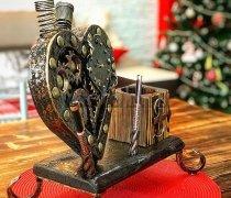 Кованый подарок #009 (подставка под ручки с часами, настольный набор)