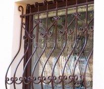 Кованные решетки на окна #57
